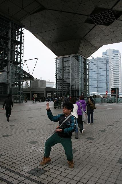 西尾君に東京ビッグサイトを体で表現してもらいました。