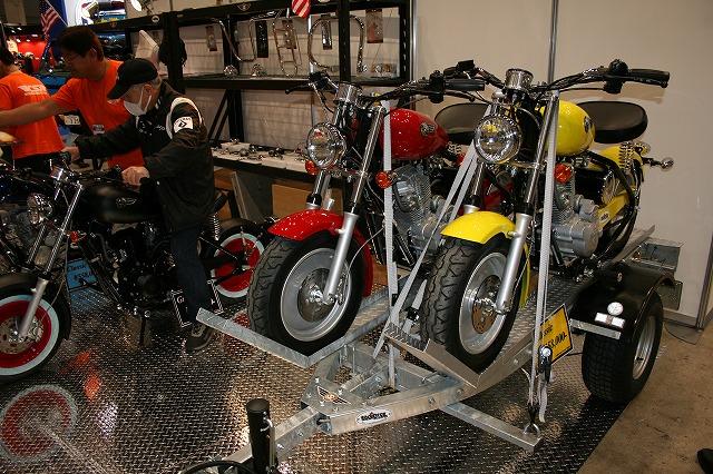 縦型エンジンのキットバイク。エイプのようでエイプでないです。