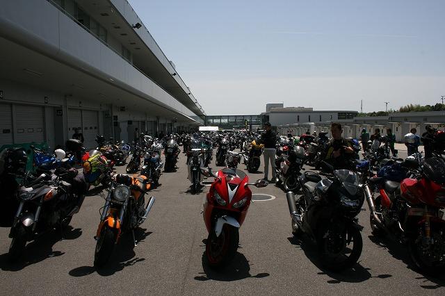 パドック裏はバイクでいっぱいです。