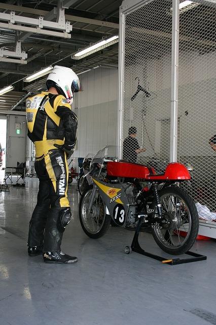 これからレースに挑むライダー